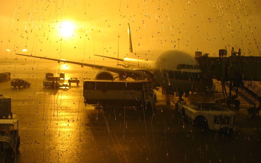 曼谷機場日落下雨