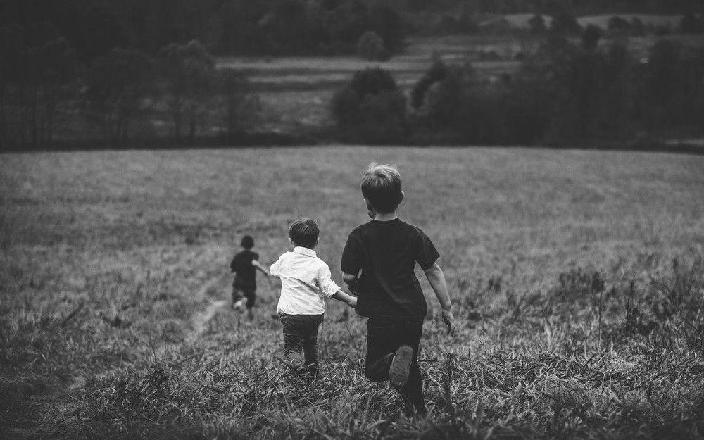 孩子奔跑草原 (黑白)