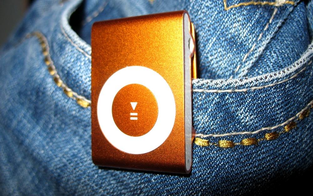 橙色iPod Shuffle配搭藍色牛仔褲