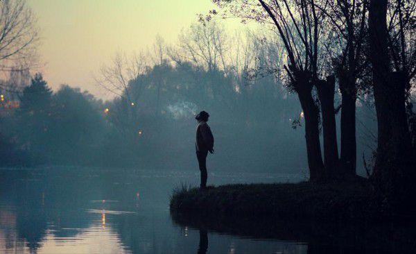 獨自站在湖邊